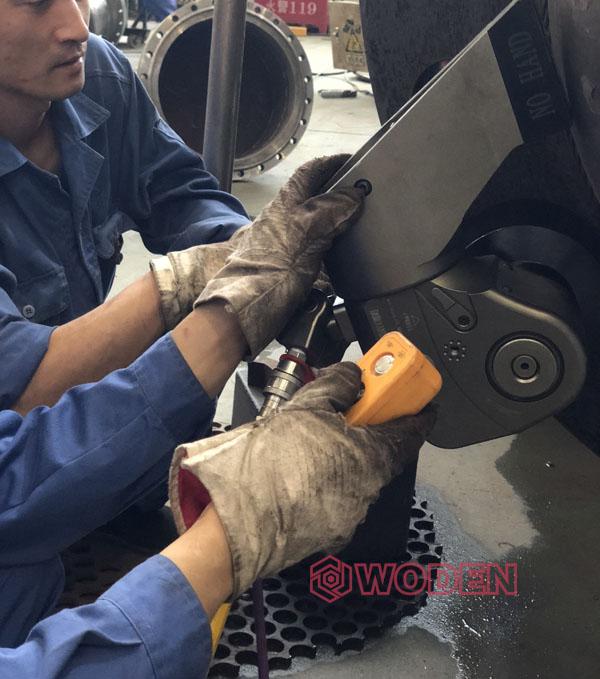 操作工熟练操作压力容器液压扳手