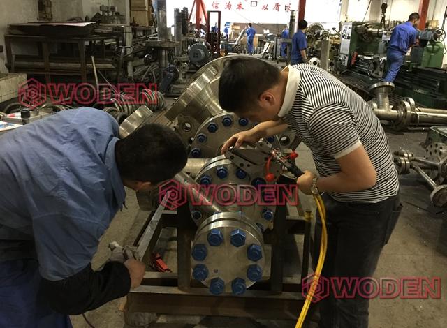 沃顿机械技术员正在培训客户安全使用液压扳手,质量服务双保障!