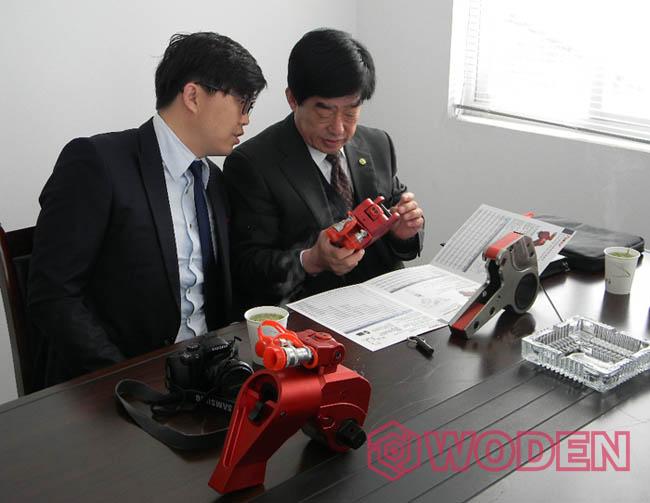 雷电竞网页的韩国客户前来公司考察与合作